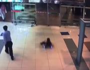 """فيديو يوثق لحظة سقوط طفل وإغمائه بسبب لعبة """"سكوتر"""" في مول بجدة"""