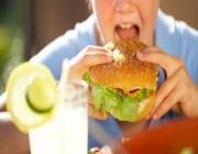 دراسة: العالم كله يشعر بالجوع بين 7 مساء و2 بعد منتصف الليل !