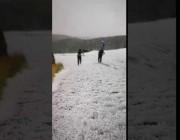بالفيديو.. المتنزهون يتزلجون على بردية سودة عسير