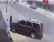 شاهد.. سائق متهور يفقد السيطرة على سيارته ويصطدم بمنزل في نجران