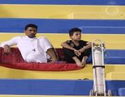 مشجع نصراوي يحضر إلى تدريبات الفريق بأسطوانة أوكسجين.. والنادي يشكره