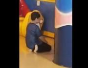 شاهد.. طفل يترك اللعب ويصلي منفرداً بأحد الملاهي