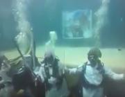 فيديو.. غواصون يحتفلون باليوم الوطني يؤدون العرضة في قاع البحر