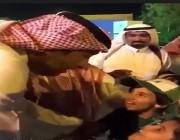 بالفيديو.. أمير الباحة ملبياً لطلب طفلتين : خلوا والدكم يراجعني وابركها من ساعة