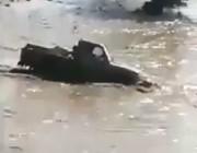 شاهد.. شاب متهور يقتحم السيول فتنجرف سيارته