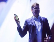 يُشغل 3 تطبيقات معاً.. سامسونج تكشف عن هاتفها القابل للطي