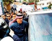 بعد التلاعب وحقائب الدولارات.. فلسطينيون يرشقون السفير القطري بالحجارة