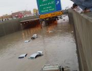 شاهد.. مقاطع توثق الأمطار الغزيرة على الرياض وغرق بعض الشوارع