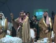 خادم الحرمين الشريفين يتفاعل مع العرضة السعودية خلال حفل استقبال أهالي الحدود الشمالية (فيديو)