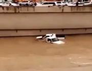 بالفيديو.. متهوران يقتحمان نفقاً غارقاً بالمياه في الرياض