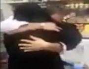 في مشهد مؤثر.. مقيم يمني بالمملكة يلتقي والدته بشكل مفاجئ بعد فراق طويل