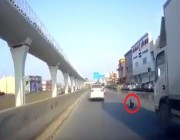 شاهد.. طفل ينجو من الموت دهساً بعدما فتح باب السيارة وسقط على طريق بالرياض