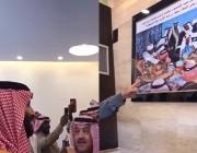 بالفيديو .. سر الصورة التي لفتت انتباه ولي العهد أثناء زيارته أحد المواطنين في منزله بعرعر