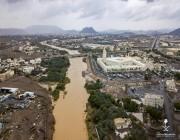 صور.. سيل وادي العقيق يمر وسط المدينة المنورة كالنهر الجاري
