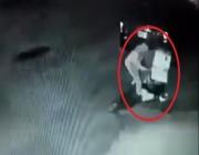 فيديو.. عامل نظافة يفرّغ النفايات أمام المنازل ليجمع الكراتين في حي شرق الرياض