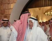 لماذا قبَّل أمير المدينة المنورة رأس وكيل الإمارة السابق سعد السديري؟ (فيديو وصور)