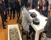 رجل يشتري آيفون XS ببانيو مليء بالعملات المعدنية!