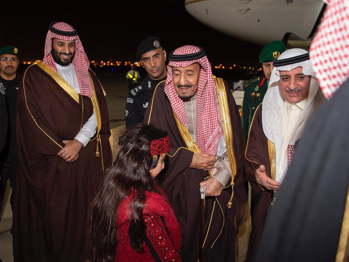 صور.. لحظة وصول الملك سلمان إلى تبوك