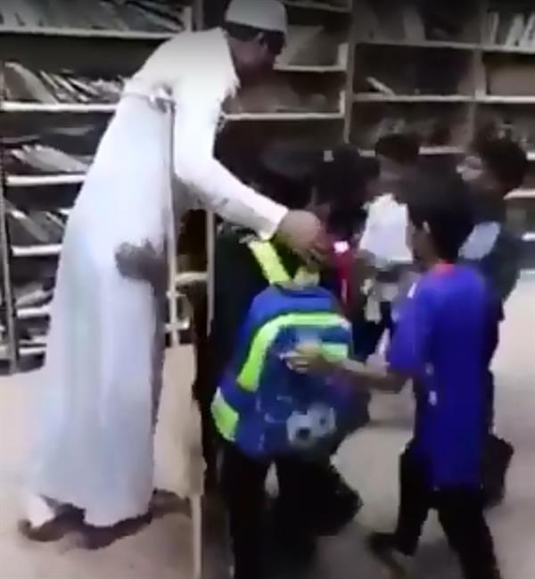 شاهد.. معلم يقطع إجازته المرضية ويحضر للمدرسة على عكازين