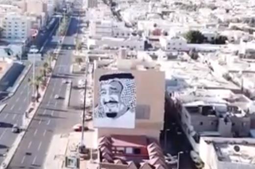 فيديو مواطن يرسم جدارية ضخمة للملك في تبوك احتفاءً بقدومه