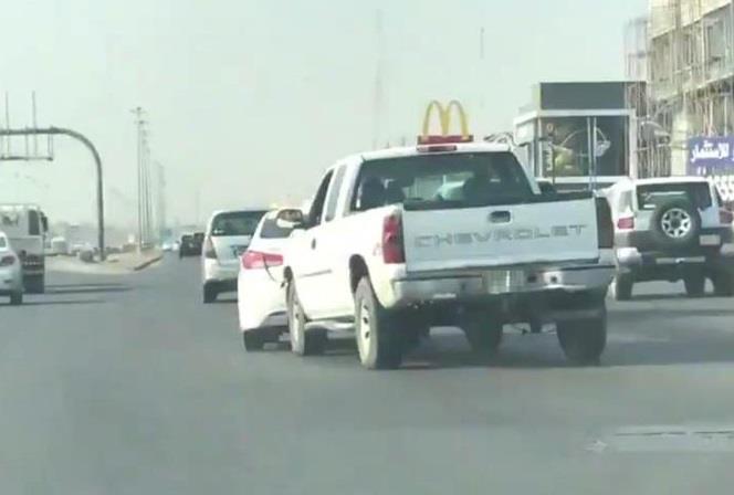 """فيديو لمتهورٍ يتعمد صدم سيارة على طريق سريع بالرياض.. و""""المرور"""" يُلقي القبض عليه"""
