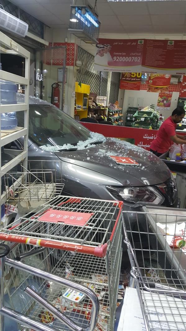 خطأ فتاة.. سيارة تُهشم واجهة أسواق «العثيم» بالرياض (صور)