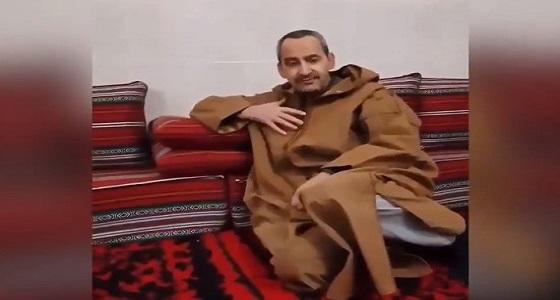 بالفيديو.. مواطن جزائري يصفع مرتزقة قطر: نحن نستقبل فخر العرب الأمير محمد بن سلمان