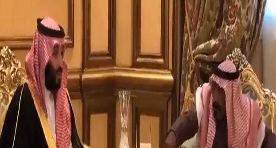 بالفيديو.. ولي العهد يُمازح أحد كبار السن أثناء زيارته لمنزله في تبوك: أنت أشجعهم
