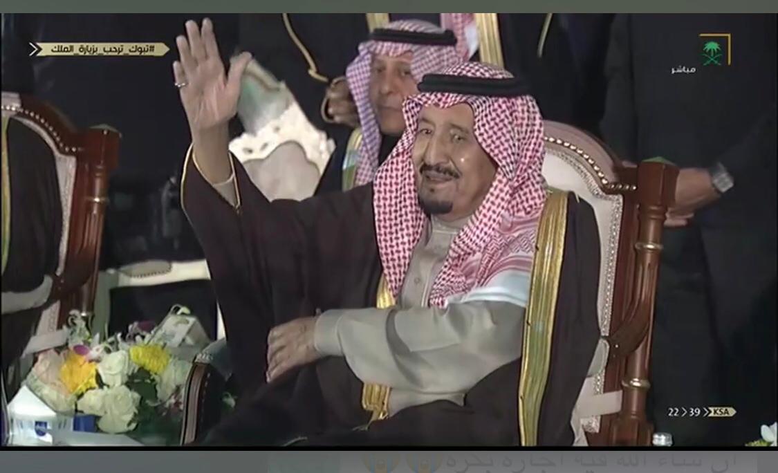 فيديو.. الملك يؤدي العرضة في حفل استقبال أهالي تبوك