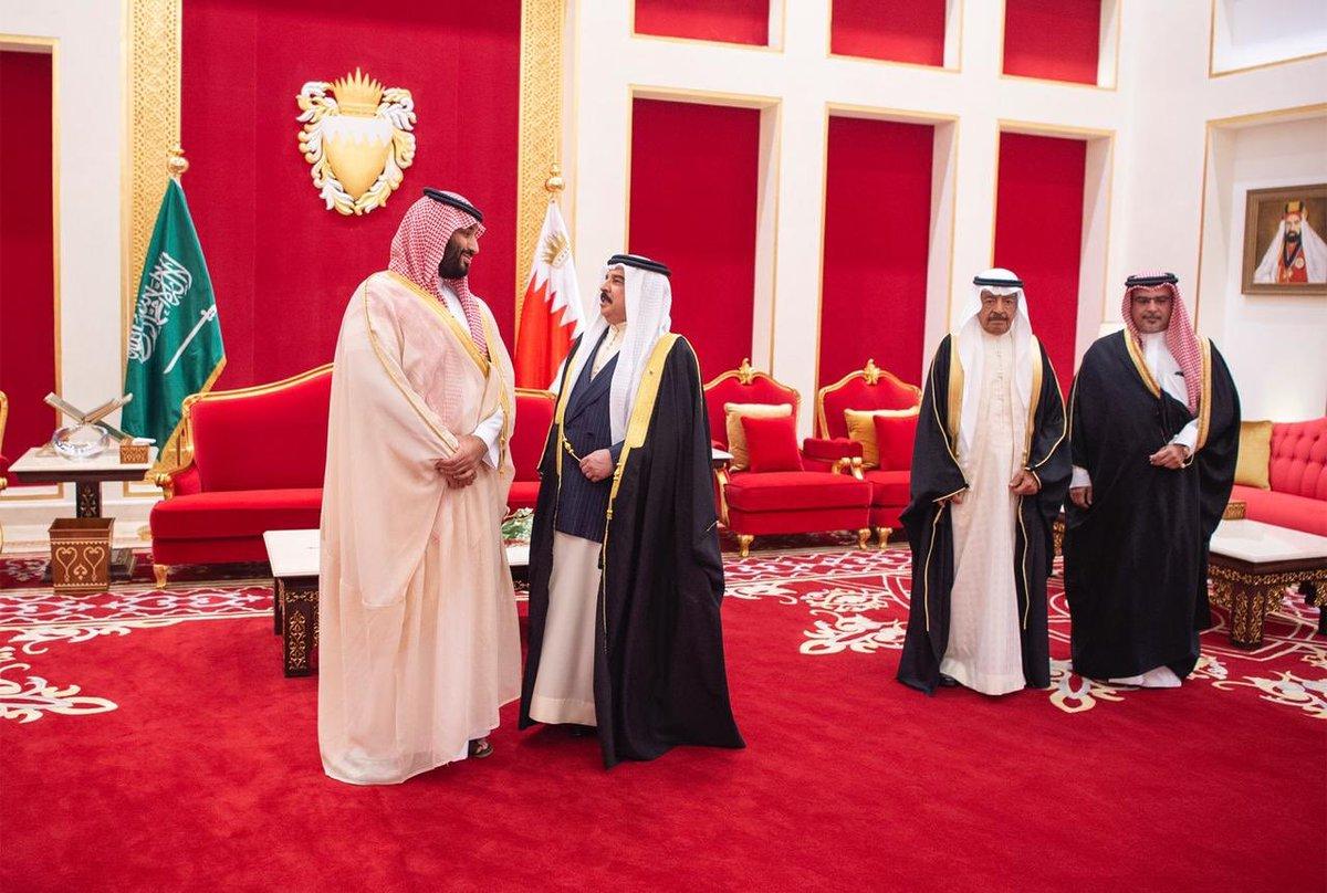 في قصر الصخير .. مباحثات سعودية بحرينية ومنح وسام لولي العهد