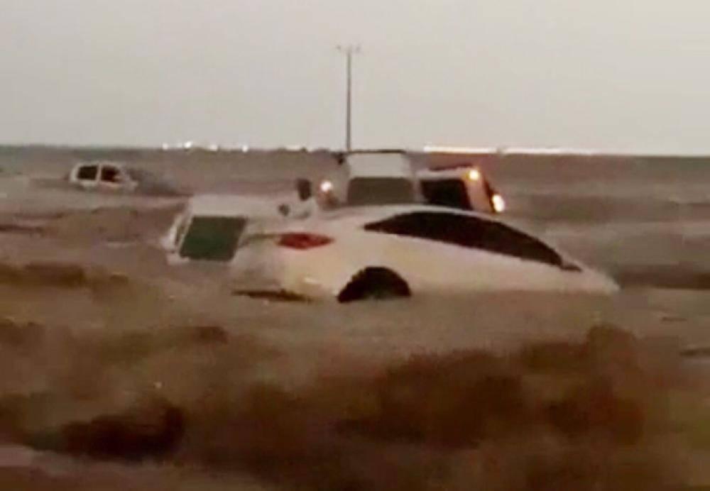 صور.. العثور على 4 جثث جرفتهم السيول في ينبع