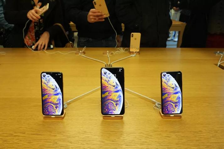 أبل تتجه لخفض أسعار هواتفها الجديدة