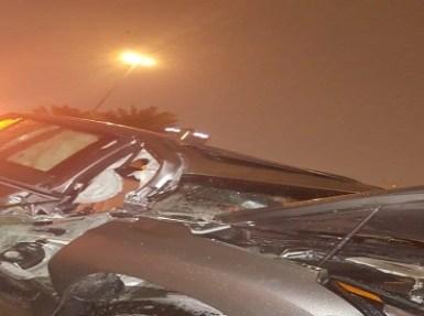بالصور.. سقوط كتلة حديد على سيارة لكزس يتسبب في تلفها بالكامل بالرياض